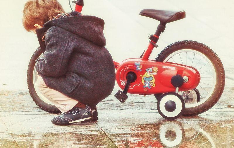 Czyny samobójcze i samookaleczenia u dzieci, smutny chłopiec, rowerek, depresja u dzieci