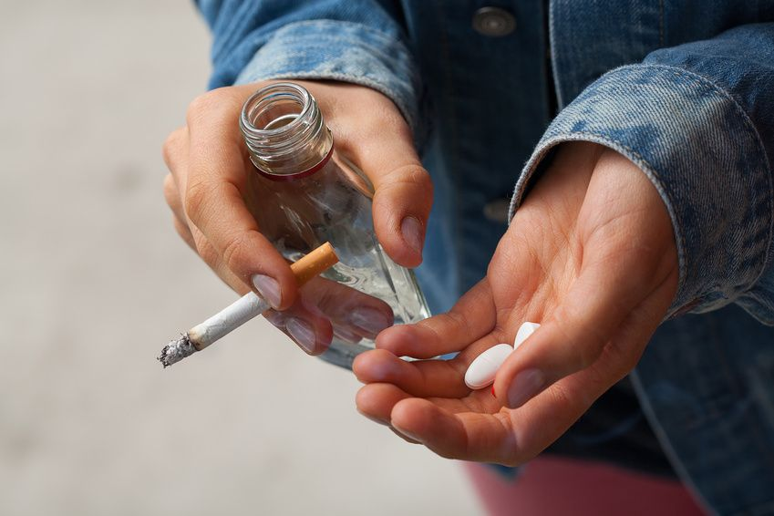 Uzależnienia-dzieci-młodzież alkohol papierosy narkotyki leki