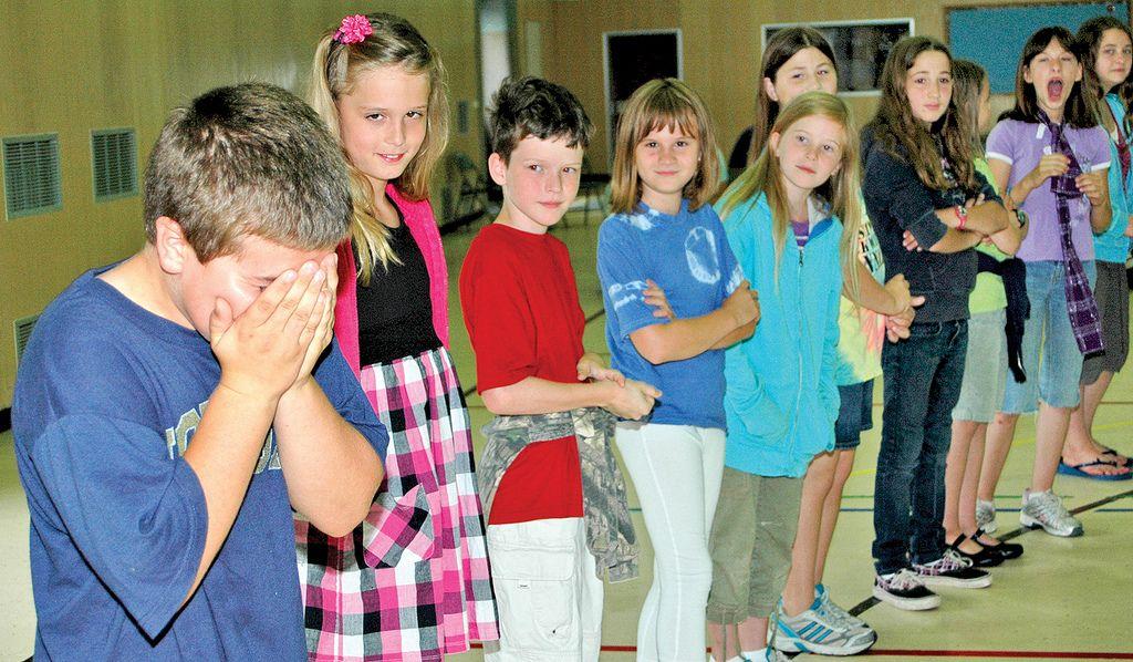 Jak pomóc dziecku, które doznaje przemocy w szkole, smutny chłopiec, szkoła, dzieci, śmieją się