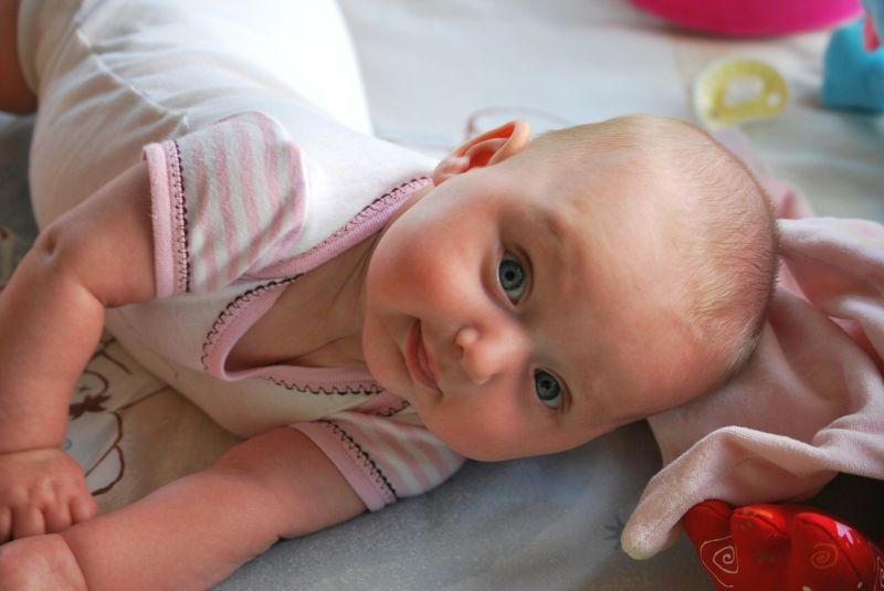 Zabawy z niemowlakiem Fundacja Zobacz... JESTEM małe dziecko dzidziuś baby w łóżeczku, zabawa z dzieckiem, zabawki, gry polecane przez psychologa