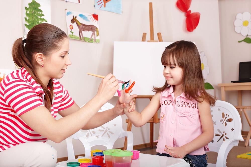 5 Urodziny Klubu Mam na Bemowie - Fundacja Zobacz... JESTEM, mama, dziecko, przedszkole, bawią się razem, malują ręce