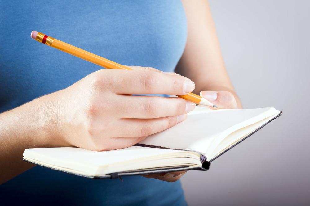 Debata o przemocy rówieśniczej - zaproszenie dla młodych dziennikarzy - Fundacja Zobacz... JESTEM, młoda dziennikarka zapisująca coś w notatniku